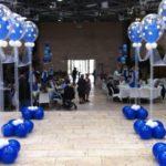 עמוד בלונים כחולים