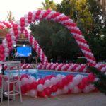 גשר בלונים במסיבת בריכה
